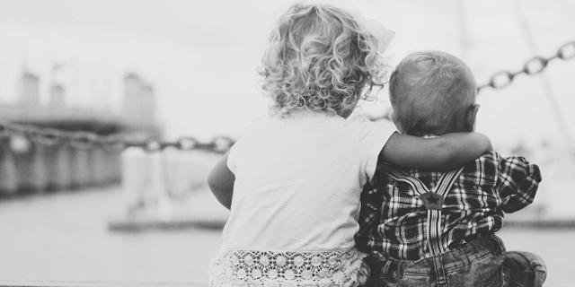 Geschwister, Kleinkinder, schwarz-weiß