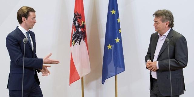 Sebastian Kurz und Werner Kogler vor Österreich- und EU-Flagge