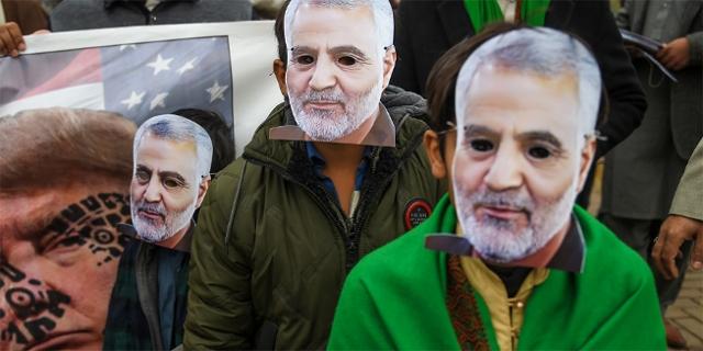 Demonstranten mit Maske des getöteten Kassem Soleimani