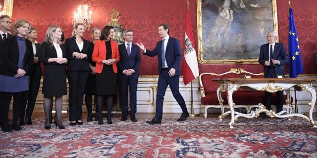Mitglieder der neuen Bundesregierung, Bundeskanzler Sebastian Kurz und Alexander Van der Bellen bei Angelobung der türkis-grünen Regierung