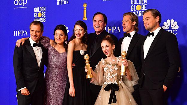 """Regisseur Quentin Tarantino, die Schauspieler Brad Pitt und Leonardo DiCaprio posieren nachdem """"Once Upon a Time in Hollywood"""" den Preis für die beste Komödie bei den Golden Globes 2020 gewonnen hat"""