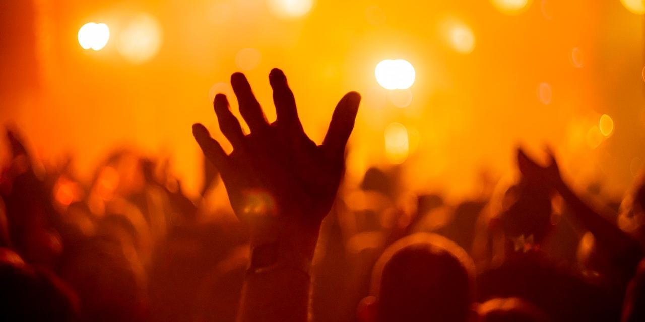 Hände und Bühne