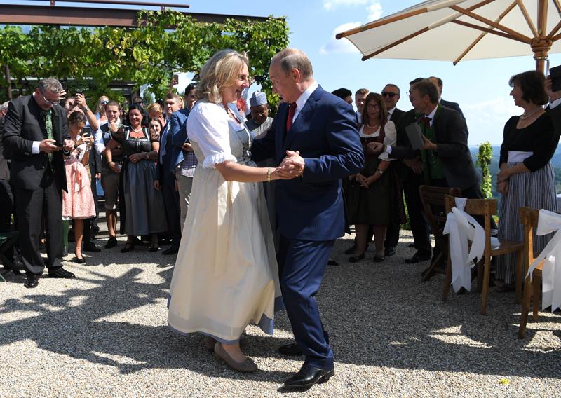 Die damalige Außenministerin Karin Kneissl (FPÖ) und der russische Präsident Wladimir Putin im Jahr 2018. Sie tanzen miteinander.