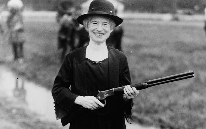 Annie Oakley 1922 mit einem Gewehr, das ihr Buffalo Bill geschenkt hat