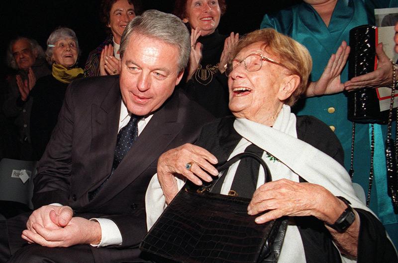 Margarete Schütte-Lihotzky bei der Feier ihres 100. Geburtstag neben dem damaligen Bundeskanzler Franz Vranitzky