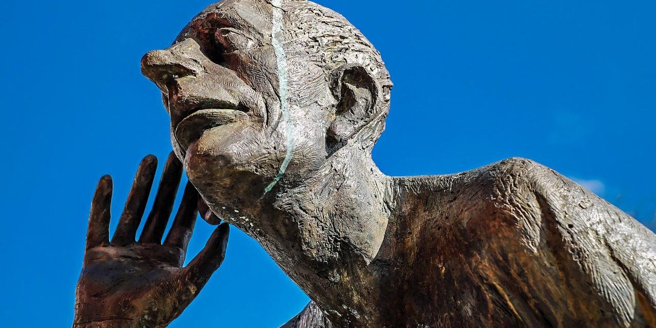 Lauschende Statue