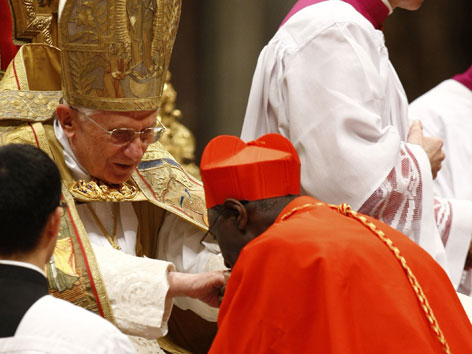 Kardinal Robert Sarah kniend vor Papst Bendeikt XVI.