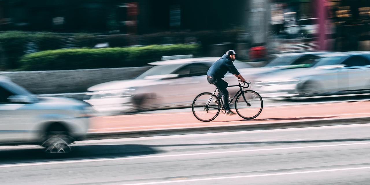 Autos und Radfahrer
