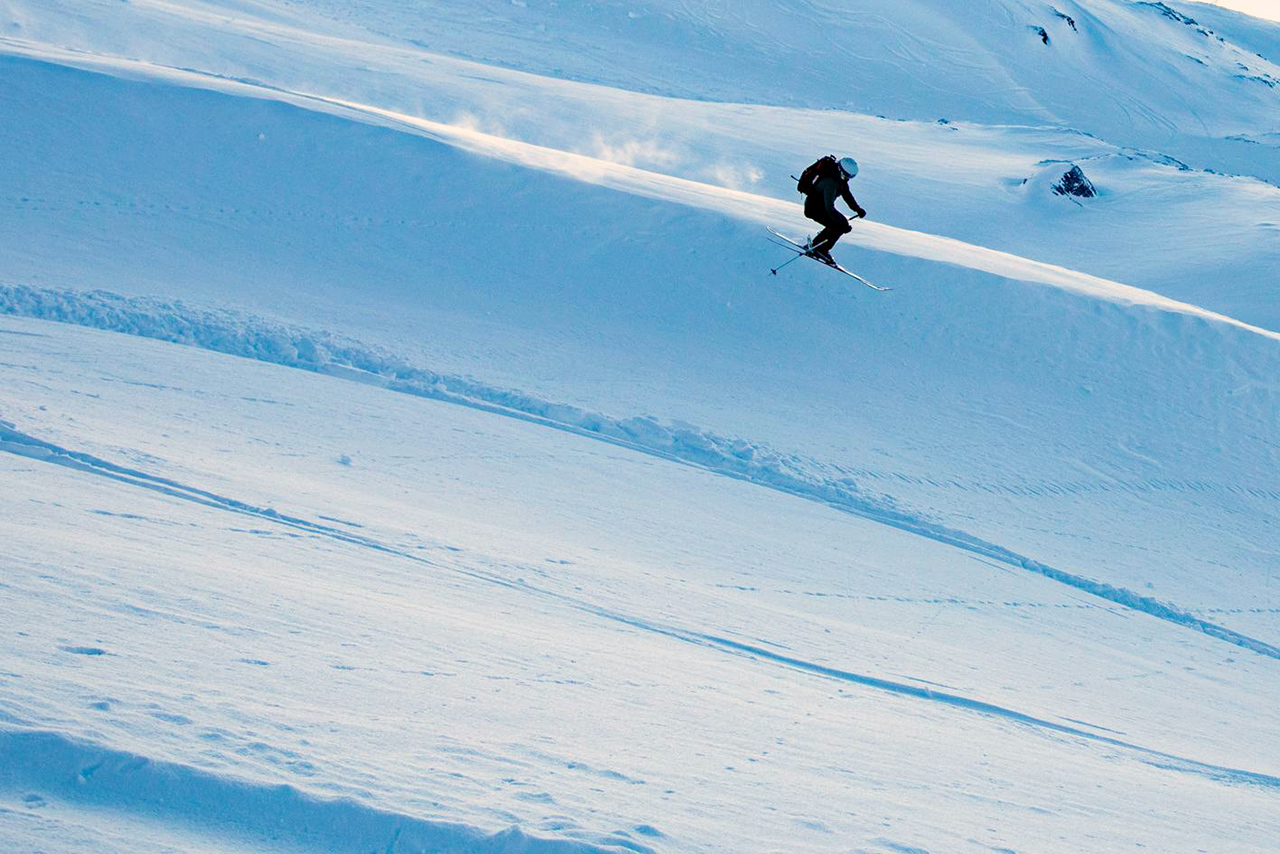 Eine Skifahrerin im Sprung