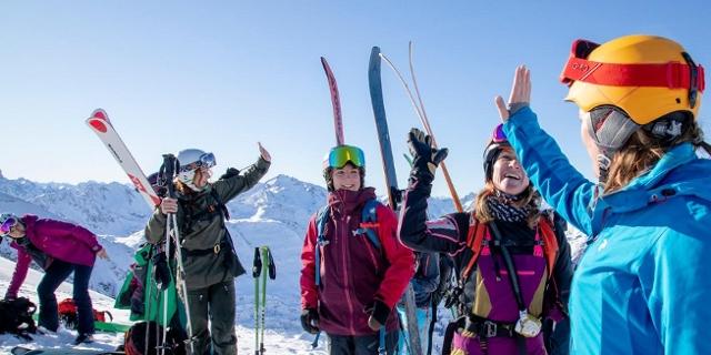 Skifahrerinnen lächeln