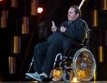 Ottfried Fischer im Rollstuhl auf der Bühne