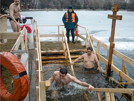 Orthodoxe Russen beim Eisbaden