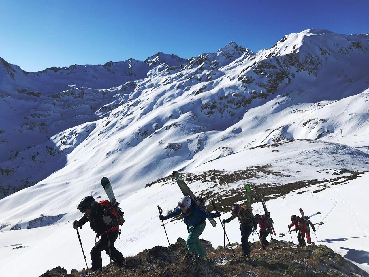 Knödelkopfaufstieg der Skifahrerinnen