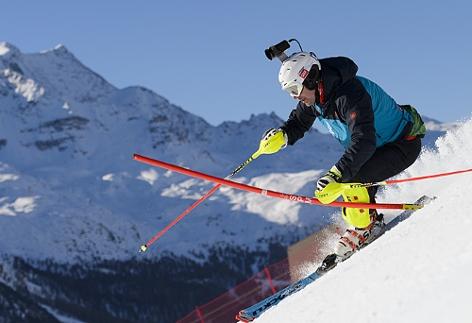Ein Skifahrer mit Kamera auf dem Helm