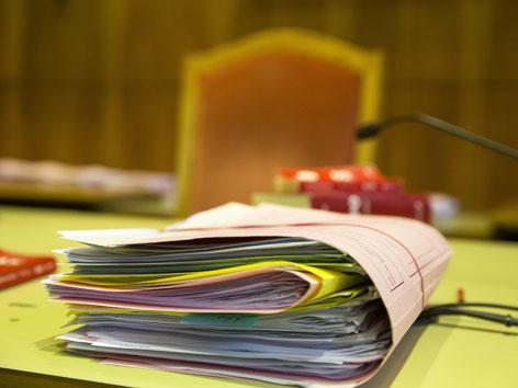 Ein  Stapel Akten auf einem Richtertisch