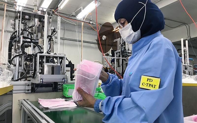 Fabrik in Bangkok: Während hier üblicherweise zehn Millionen Schutzmasken pro Monat produziert werden, sind die Arbeitsstunden nun aufgrund der Nachfrage erhöht worden