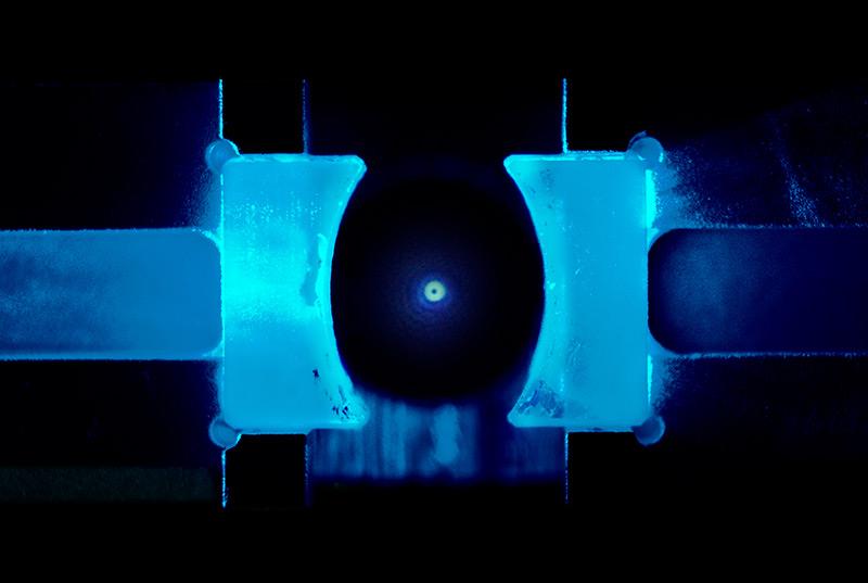 Schwebendes Teilchen im Labor: Glaskügelchen im Quantenzustand