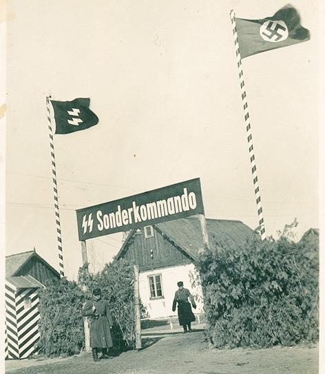 Das Lagertor von Sobibor im Frühjahr 1943. Durch das Tor wurden Jüdinnen und  Juden aus der Region zu Fuß, auf Lkw oder Pferdefuhrwerken in das Mordlager getrieben.