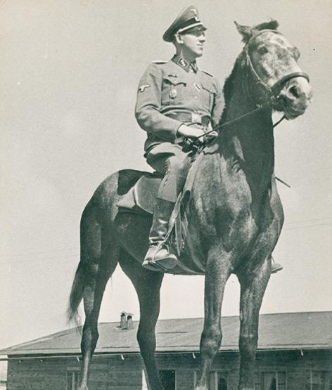 Sobibor: Inszenierte Aufnahme Niemanns zu Pferd auf einer Rampe im Sommer 1943.