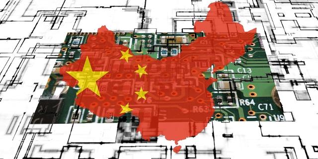 Chinesische Fahne vor einem elektrischen Schaltkreis