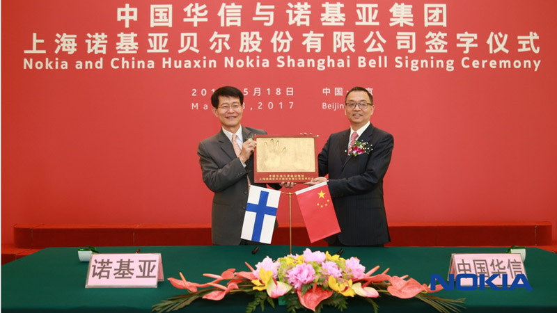 Zwei chinesische Manager mit Plakette