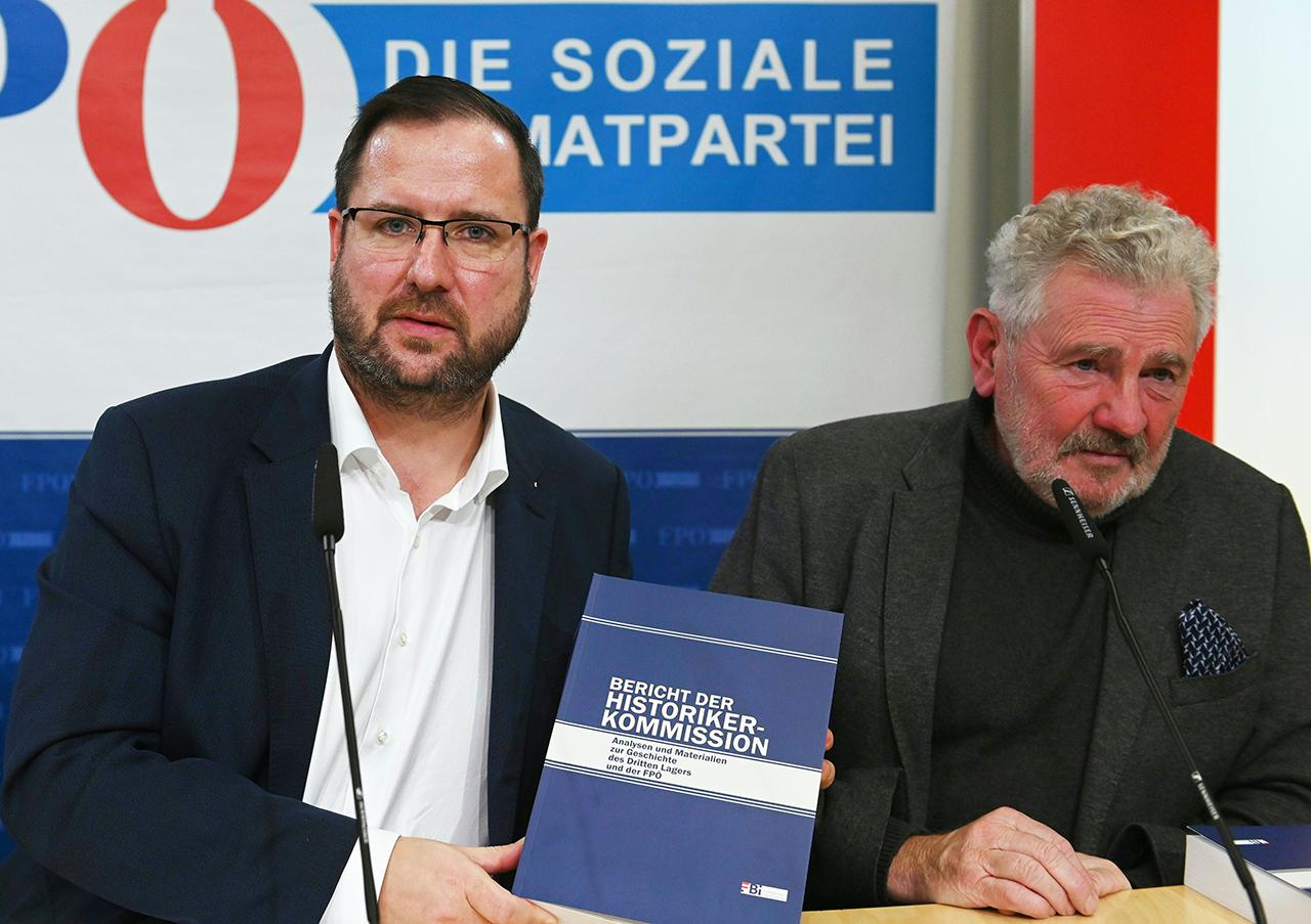 FPÖ-Generalsekretär Christian Hafenecker und der Koordinator der Historikerkommission Andreas Mölzer (R.) während einer Pressekonferenz.