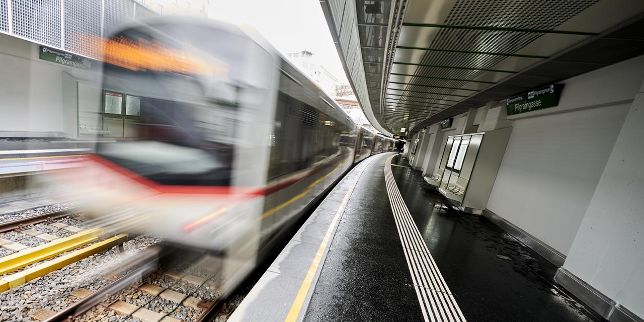 U-Bahn Station Pilgramgasse mit einfahrender U-Bahn