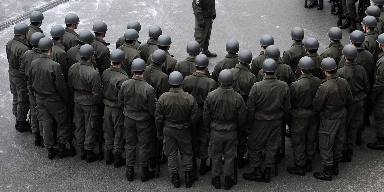 Rekruten eines Gardebataillons von hinten fotografiert