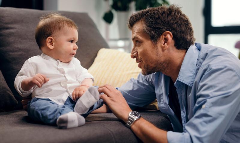 Vater spricht mit Baby
