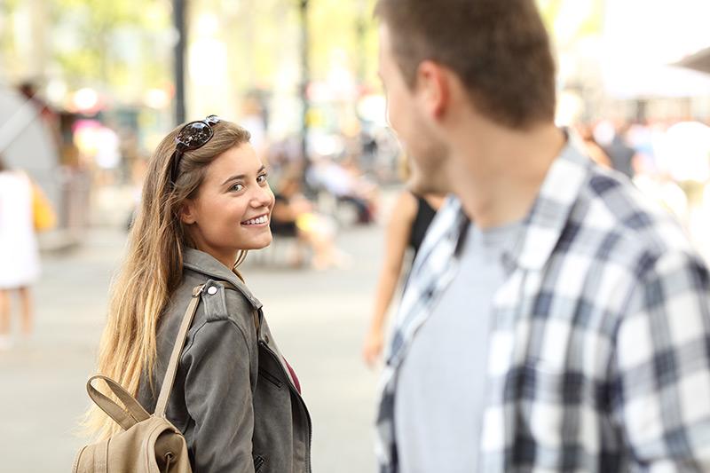 Mann und Frau flirten auf der Straße