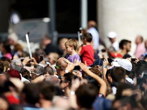 Gläubige am Petersplatz in Rom vor dem Angelusgebet