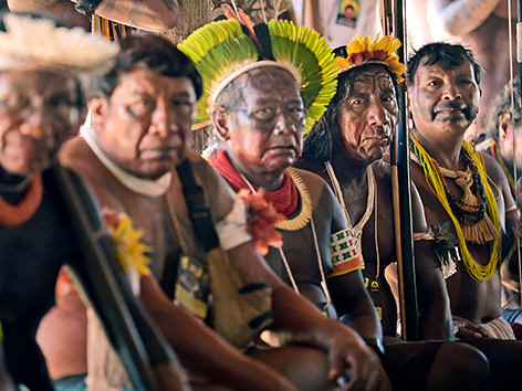 Indigene Männer aus der Gruppe der Kayapo in Piaracu nahe Sao Jose do Xingu, Mato Grosso, Brasilien