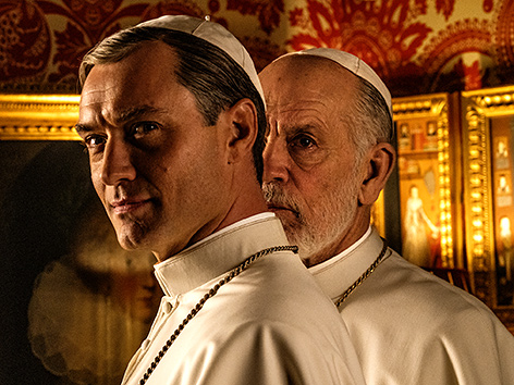 "Filmstill ""The New Pope"" mit Jude Law und John Malkovich"
