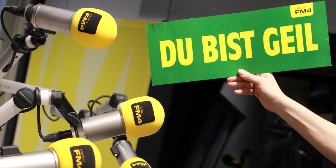 """Mikrophone und Schild """"Du bist geil"""""""