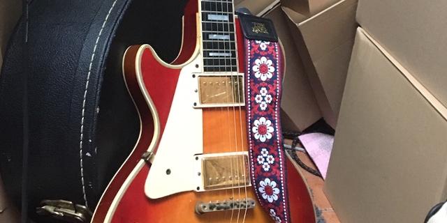 Gitarre, Koffer und Plattenkartons