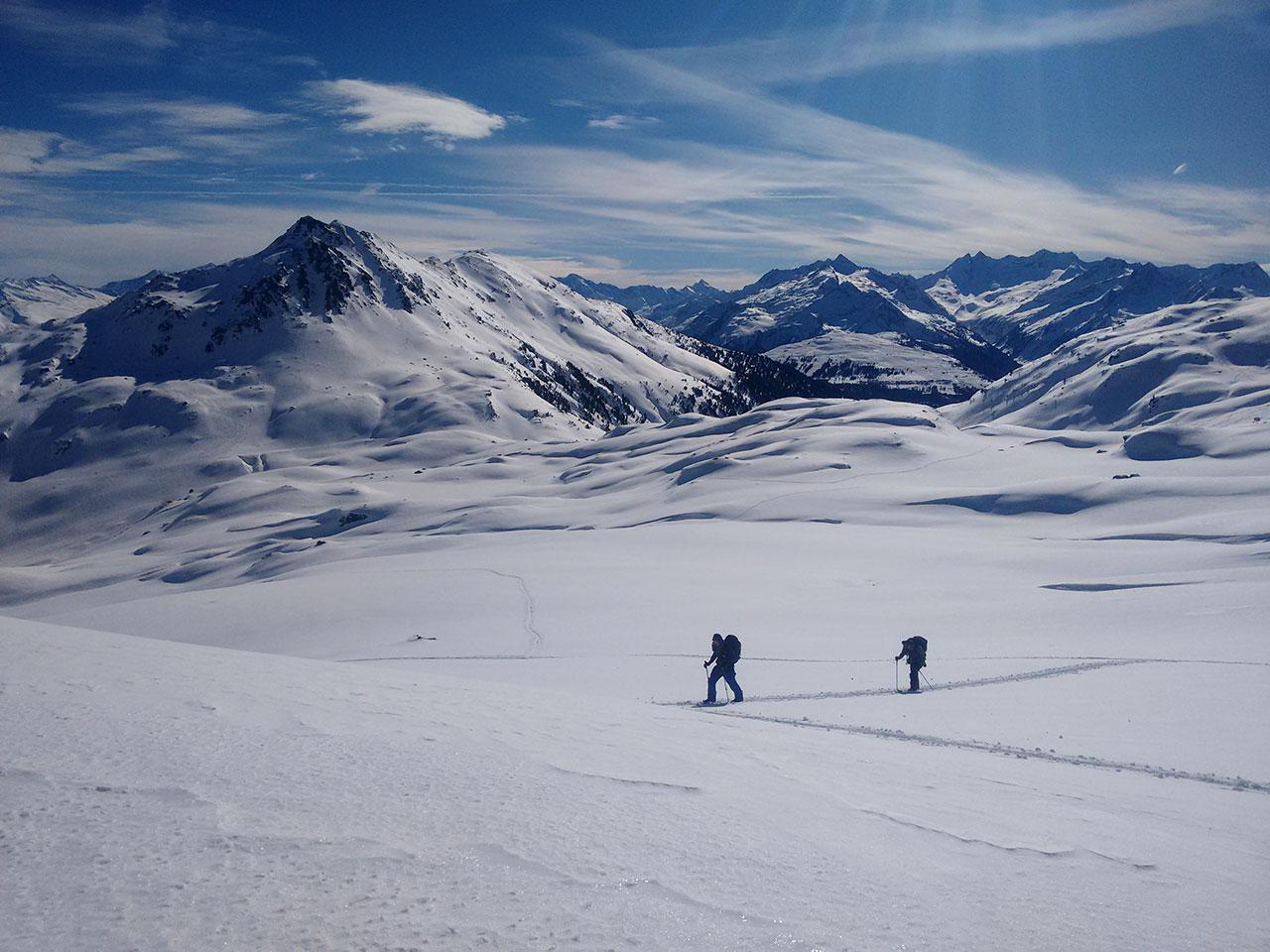 Splitboardcamp in der Kelchsau - Menschen mit Splitboards auf Bergen