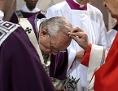 Papst Franziskus bekommt das Aschenkreuz aufgemalt, Aschermittwoch 2019