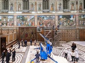 Wandteppiche von Raffael werden in der Sixtinischen Kapelle aufgehängt