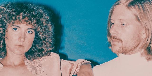 Die zwei Mitglieder der Band Tennis auf einem Sofa