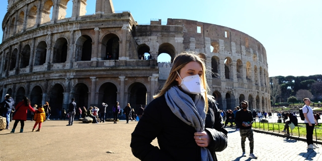 Frau mit Maske vor Römer Collosseo