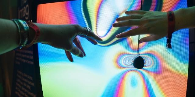 Zwei Hände greifen auf einen Bildschirm