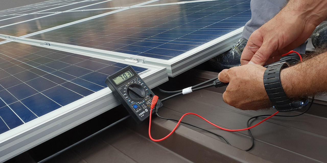 Techniker an Solarpanel