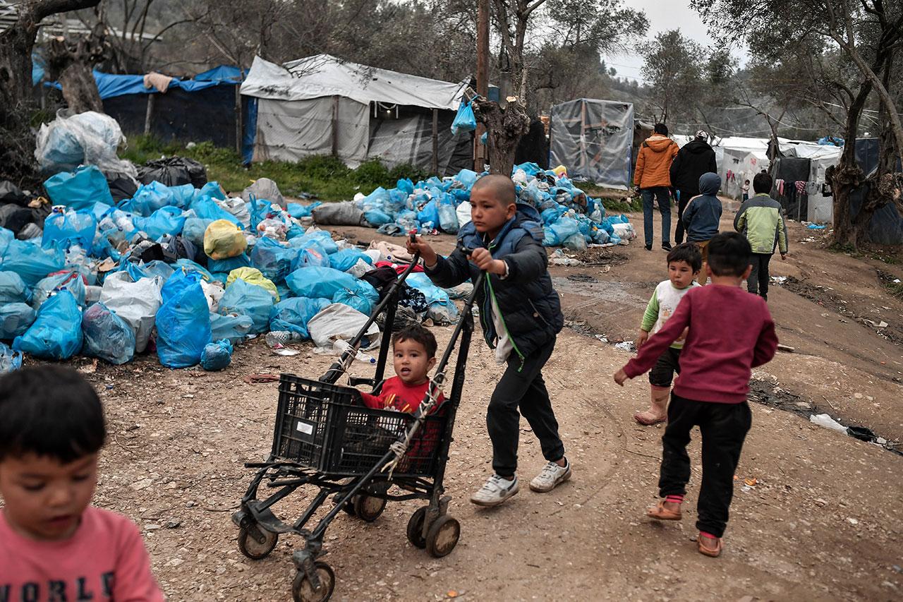Kinder vor Müllbergen im überfüllten Flüchtlingslager Moria