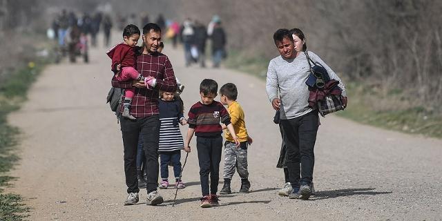 Migrantenfamilie an türkisch-griechischer Grenze