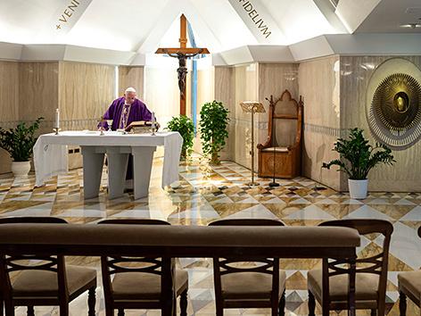 Papst Franziskus bei der Morgenmesse - wegen des Coronavirus allein