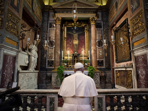 Papst betet vor Pestkreuz