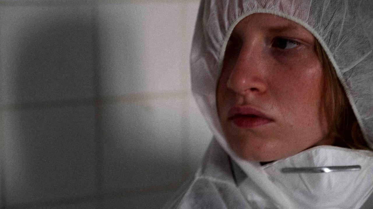 """Die Schauspielerin Marlene Hauser als """"Franzi"""" im Film """"3freunde2feinde"""", sie trägt eine Schutzmaske."""