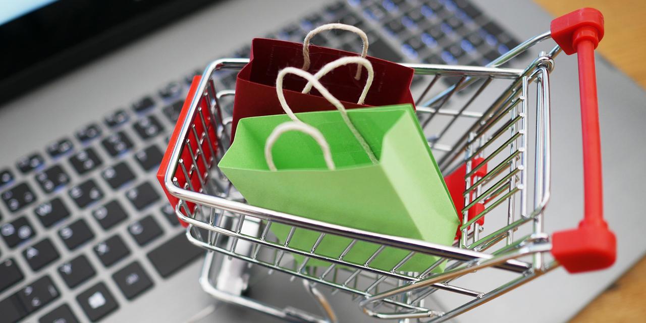Laptop mit kleinem Einkaufswagen
