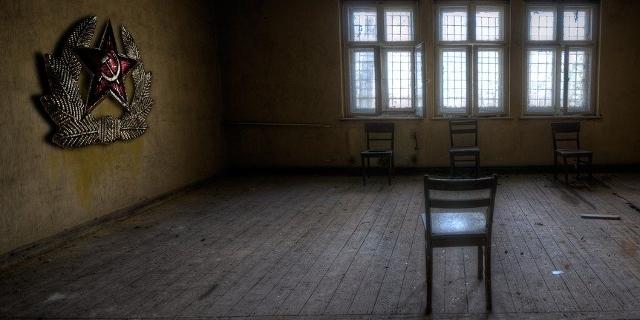 Sessel in einem heruntergekommenen Raum