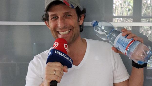Tom Walek mit Mineralwasserflaschen